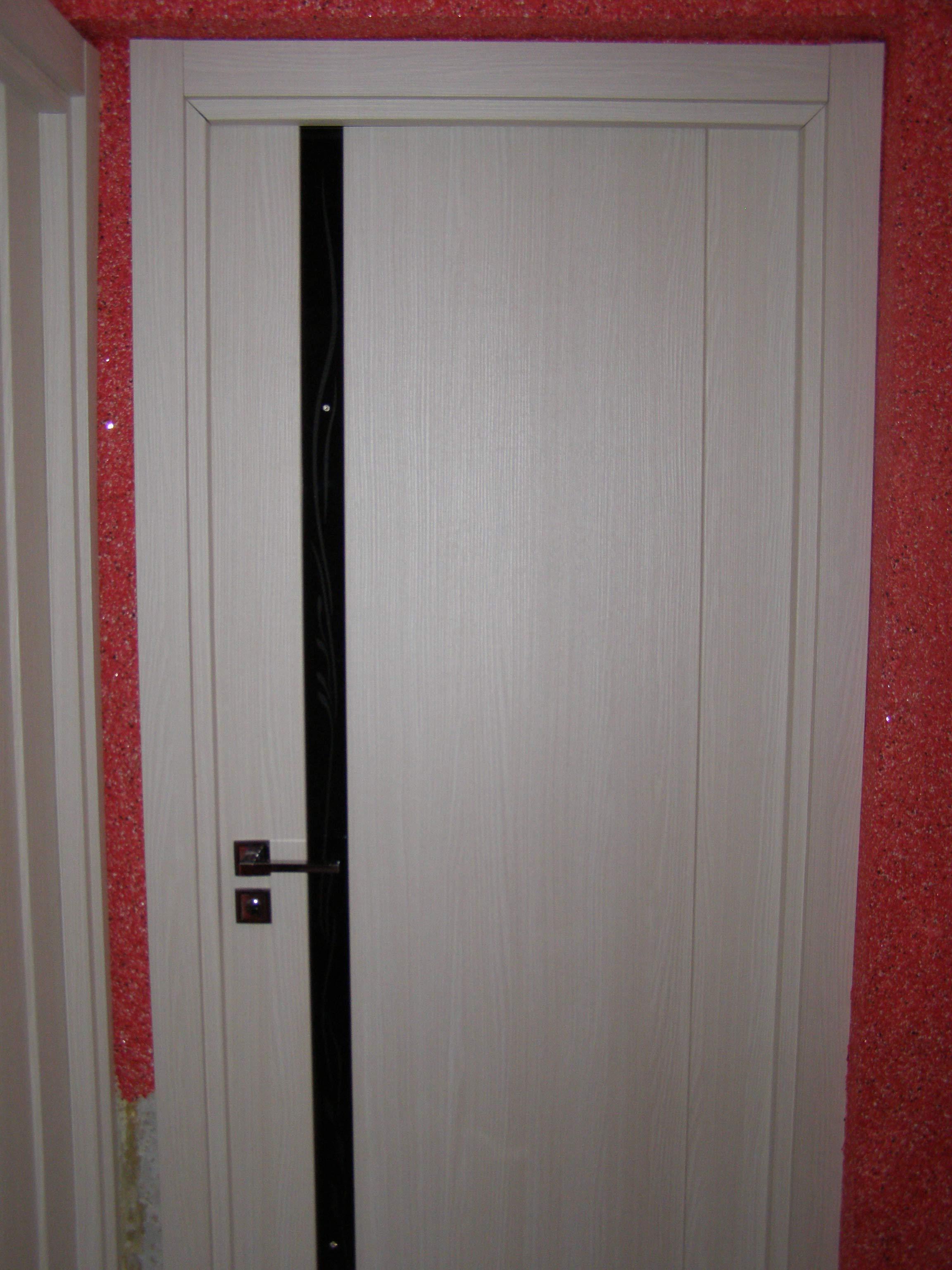 внешний вид современной двери на фоне жидких обоев