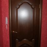 внешний вид класической двери  на фоне жидких обоев